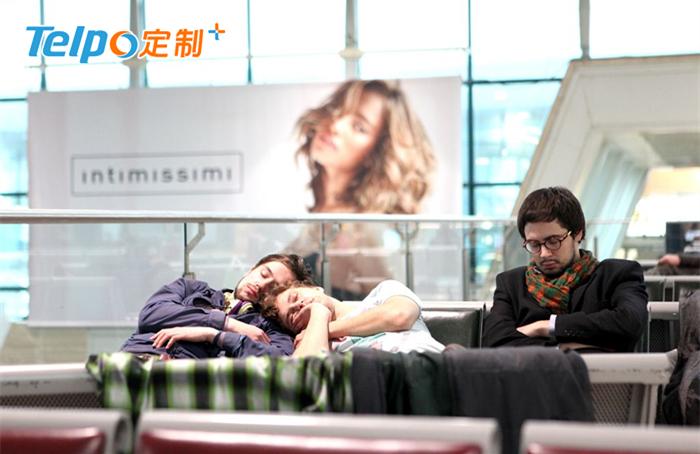 长时间在候机楼等待的旅客.jpg