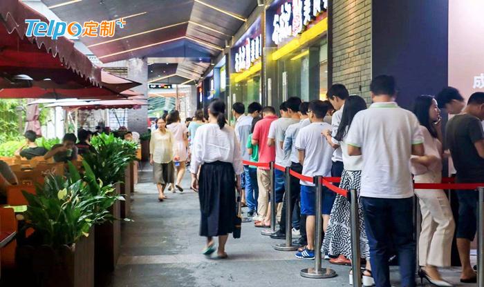 快餐店外排起了长龙.jpg