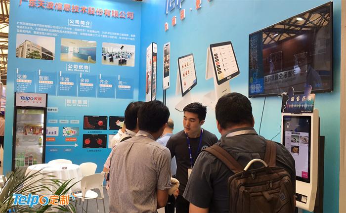 观展客户在天波展位咨询产品.jpg