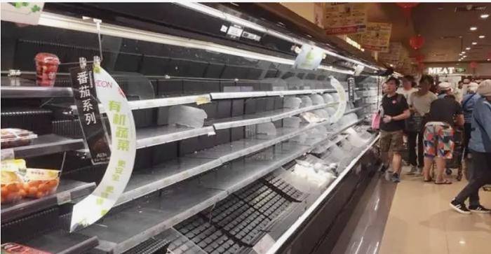 台风前,超市食物被抢购一空.jpg