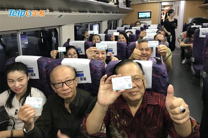 首批坐上香港高铁的乘客们.jpg