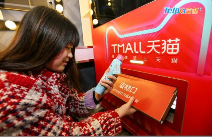 消费者在智能洗手间自动售货机购买应急品.jpg