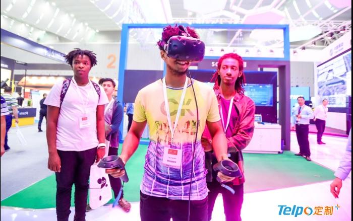 国外游客现场体验AR技术.jpg