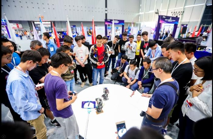 游客围观智能机器人对战.jpg