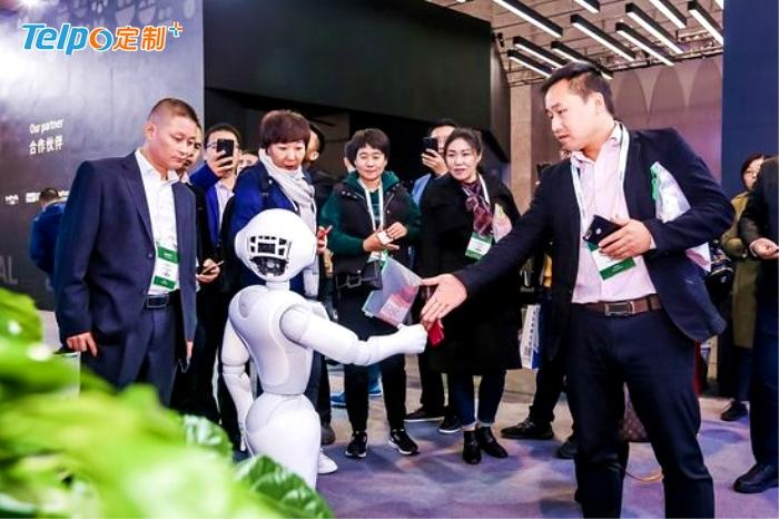 能打招呼和导购的智能机器人.jpg