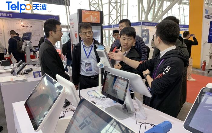 客户对天波智能硬件产品饶有兴趣.jpg