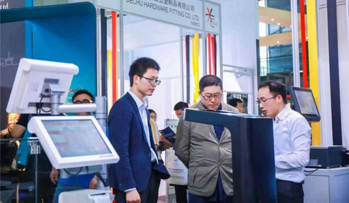 上海国际零售设计与设备展上行业代表相互交流.jpg