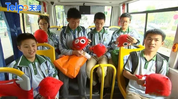 学生们乘坐学生专线公交.jpg