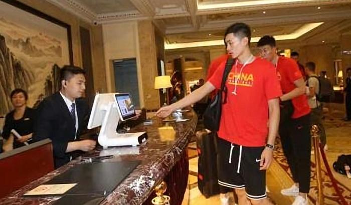 中国男篮入住酒店使用人脸识别身份核验设备.jpg