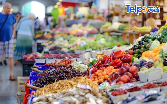 市场上琳琅满目的水果蔬菜.png