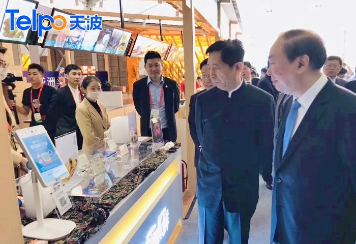 亚洲美食展位上的支付宝蜻蜓刷脸支付收银机.jpg